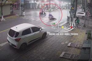 Phanh gấp tại ngã tư, người phụ nữ đi xe máy ngã vào gầm ô tô