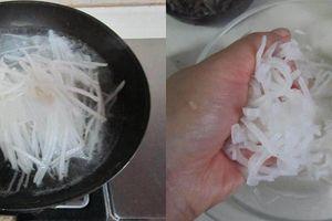 Mách bạn cách làm bánh tôm giòn tan nóng hổi ăn cực lạ