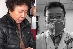 Cái chết của bác sĩ đầu tiên cảnh báo virus corona: Nước mắt đau thương khi người mẹ đưa tiễn con trai hy sinh vì đại nghĩa