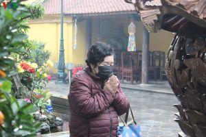 Rằm tháng Giêng, người Hà Nội bịt khẩu trang đi lễ chùa trong mưa rét