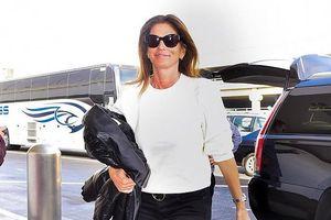 Siêu mẫu Cindy Crawford để mặt mộc, rạng rỡ xuất hiện ở sân bay