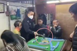 Đoạn video clip cảnh sát Bắc Kinh đập phá bàn mạt chược gây sốt trên mạng