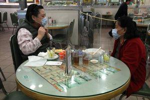 Để phòng dịch bệnh, nhà hàng ở Hồng Kông đặt tấm ngăn trên bàn ăn