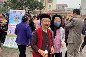 Báo ANTĐ tặng miễn phí 5.000 chai nước rửa tay khô tới người dân Hà Nội