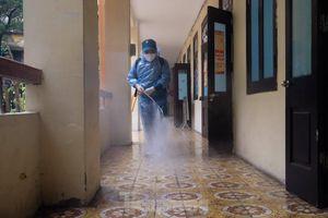 Cận cảnh các trường học Hà Nội khẩn trương khử khuẩn sẵn sàng đón học sinh