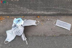 Vứt bỏ khẩu trang không đúng nơi quy định sẽ bị xử phạt