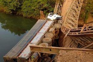 Ô tô tải bị lật khi qua cầu cũ, tài xế may mắn thoát nạn