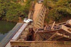 Cầu sắt ở Gia Lai sập gãy sau khi xe tải đi qua
