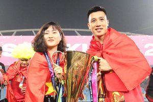 Bạn gái tiền vệ Huy Hùng phản pháo antifan khi bị nói ăn bám bạn trai