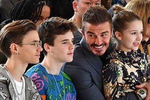 Hai con trai gây chú ý khi đến xem show của Victoria Beckham