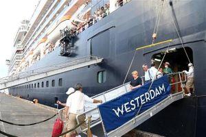 Hành khách du thuyền tuyệt vọng vì mắc kẹt ở Campuchia