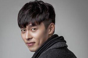 Hyun Bin chăm vuốt tóc ngược ra sau, để đầu đinh vẫn được khen đẹp