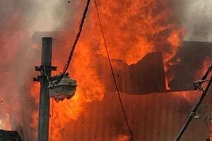 Cháy dữ dội ở quận Long Biên, Hà Nội