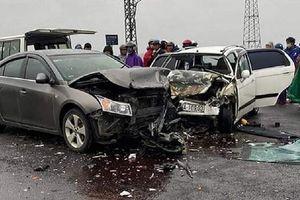 Hai ô tô tông nhau bét đầu, 6 người bị thương