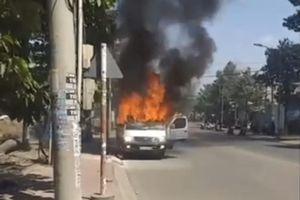 Ô tô đang chạy bất ngờ bốc cháy, 2 người thoát chết