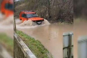 Nước dâng gần nửa xe, ô tô vẫn liều lĩnh băng qua đoạn đường ngập