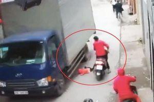 Dựng tóc gáy với Clip mẹ lái xe máy, để con gái rơi ngã trước bánh xe tải