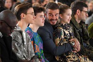 David Beckham cười tít mắt trong show diễn của vợ tại tuần lễ thời trang London