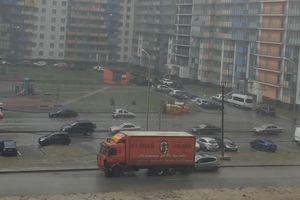 Xe tải không người lái bất ngờ lùi đâm phập vào xế hộp