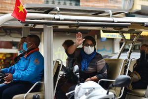 Khách du lịch đeo khẩu trang phòng virus corona, khám phá Thủ đô Hà Nội