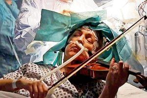 Nghệ sĩ say sưa chơi violin trong lúc phẫu thuật u não