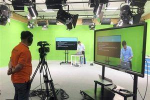 Sinh viên học trực tuyến để phòng, tránh dịch Covid-2019
