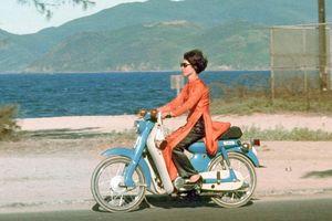 Đeo kính đen đi Honda Cub - chùm ảnh đẹp về con người Việt Nam năm 1969