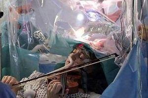 Một bệnh nhân chơi vĩ cầm trong khi phẫu thuật u não