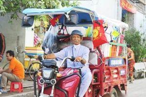 Cụ ông 80 ngày ngày chạy xe ba gác khắp Sài Gòn bán quần áo '0 đồng' cho người nghèo