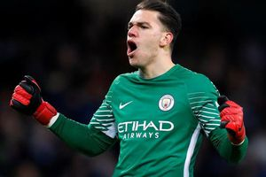 Leicester 0-0 Man City: Ederson bay người cứu bóng