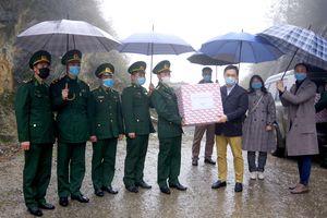 Tặng 5.000 khẩu trang y tế cho Ban quản lý khu thí điểm khai thác mở cửa ven biên Trung Quốc