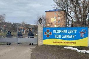 Ukraine điều binh lính bảo vệ người sơ tán về từ vùng dịch Covid-19