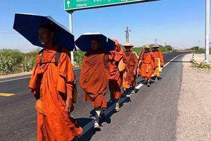 Thái Lan : Hành trình đi bộ vì hòa bình của các nhà sư bị gián đoạn