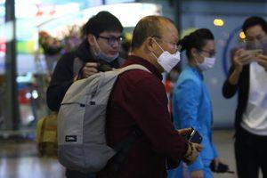 HLV Park Hang Seo trở lại Việt Nam, đeo khẩu trang kiểm tra sức khỏe ở sân bay