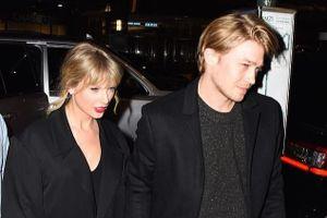 Taylor Swift và bạn trai né ống kính