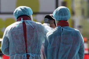 Nhân viên nhà bếp nhiễm Covid-19 chia đồ ăn cho gần 200 học sinh Nhật