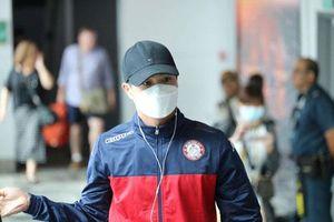 Công Phượng và các đồng đội kiểm tra y tế khi đến Singapore