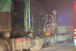 Tránh vượt ẩu, xe đầu kéo đấu đầu ô tô tải trên cao tốc Nội Bài - Lào Cai