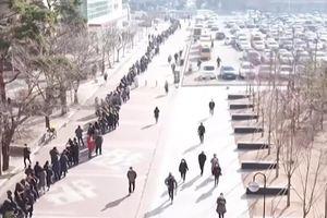 Xếp hàng dài cả trăm mét đợi mua khẩu trang ở Daegu, Hàn Quốc