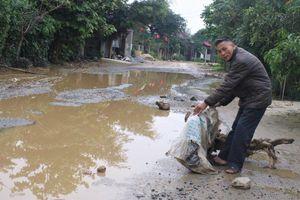Dân rải gốc cây, đá ngăn ôtô tải 'cày nát' đường