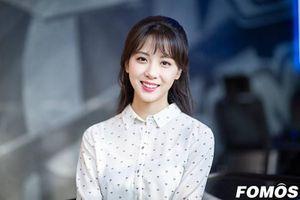 Nữ MC xinh đẹp Hàn nghi nhiễm COVID-19 ăn mặc cực trẻ trung, nữ tính