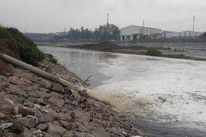 Cảnh dòng sông Ngũ Huyện Khê ô nhiễm như bãi sình lầy đổ ra sông Cầu