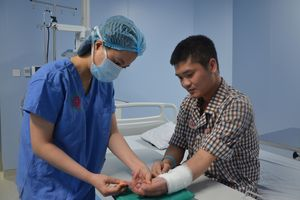 Ca ghép tay đầu tiên từ người cho sống: Sự trưởng thành của nền y học Việt Nam