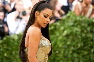 Mặc quần áo bó sát cơ thể như Kim Kardashian nguy hiểm thế nào?