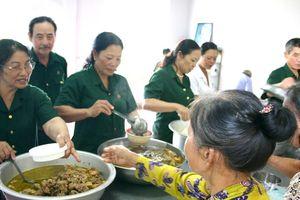 Bếp cơm tình thương trợ giúp bệnh nhân nghèo