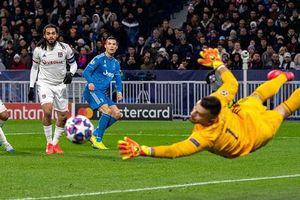 Nhìn lại lượt đi vòng 1/8 Champions League: 'Những nhà vua sa cơ'