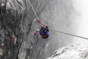 Đánh cược mạng sống đi cầu dây lên đỉnh núi cao gần 5.000 m