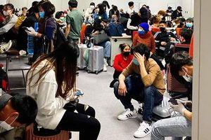Hàng trăm người về từ Hàn Quốc kẹt nhiều giờ tại Nội Bài