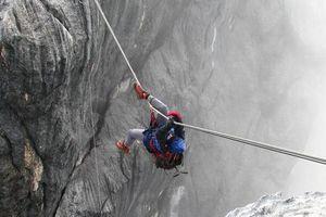 Thót tim cảnh mạo hiểm đi cầu dây lắc lư lên đỉnh núi cao nhất Châu Đại Dương