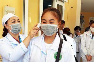 Đà Lạt: Phát miễn phí khẩu trang, dung dịch diệt khuẩn cho sinh viên